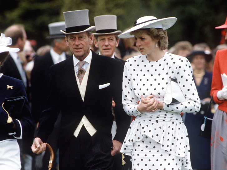 Фото №1 - От Дианы до Меган: как принц Филипп встречал новых членов королевской семьи