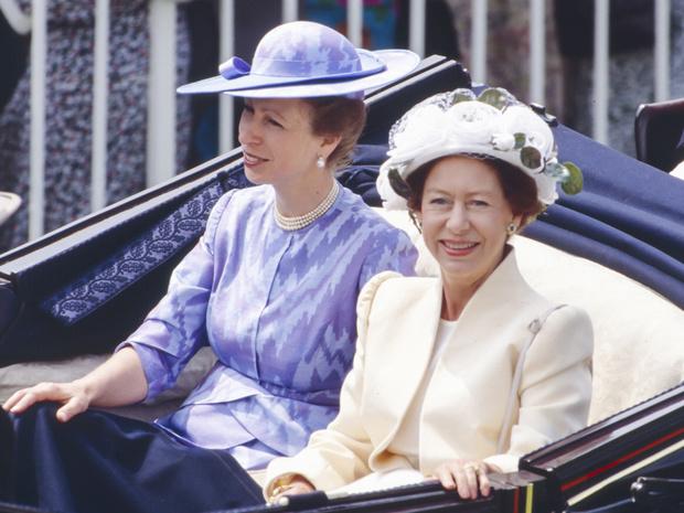 Фото №1 - Дух соперничества: какими были отношения принцесс Маргарет и Анны
