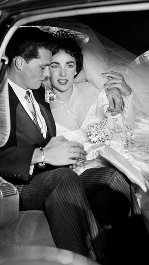 Фото №3 - Привычка жениться: 8 свадебных платьев и 7 мужей Элизабет Тейлор