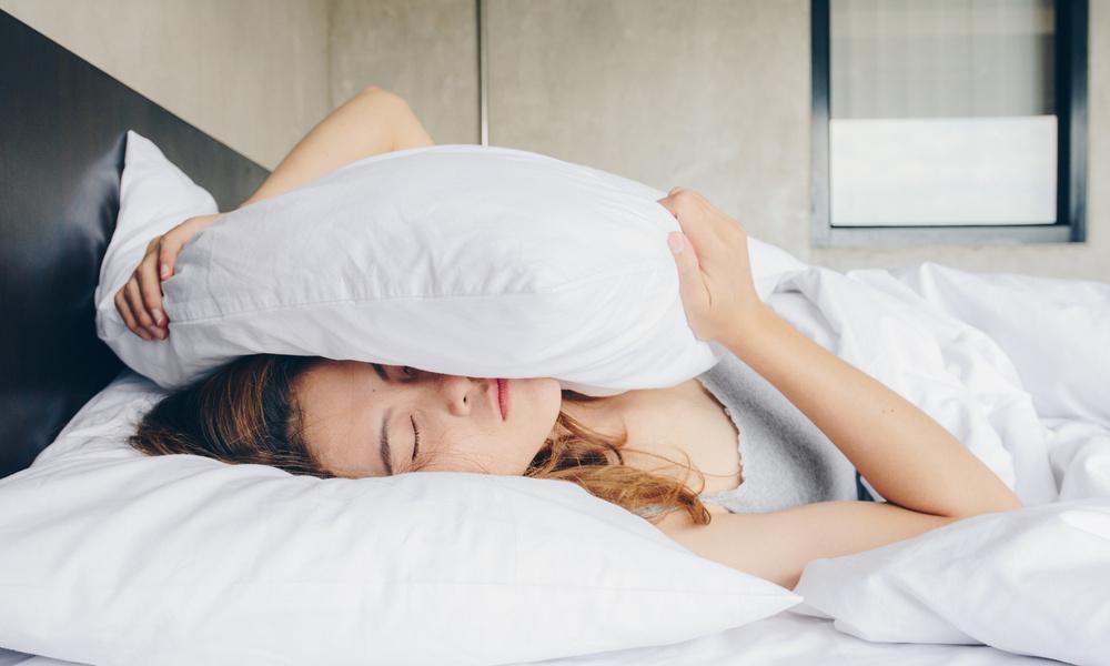 Врач объяснил, почему опасно спать на старых подушках