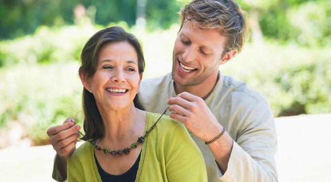 Почему успешных женщин привлекают молодые мужчины