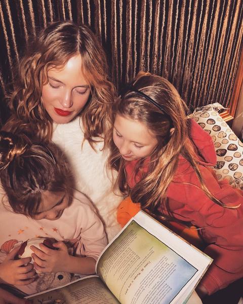 Фото №1 - «Не нарушаю их индивидуальности»: Глюкоза рассказала о том, что принимает дочерей такими, какие они есть
