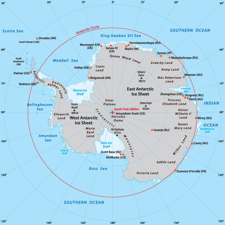 shutterstock.comС XVII века на картах помимо четырех общеизвестных океанов выделяли Южный океан. Но его граница не была четко определена: она «колебалась» от 35° ю.ш. до южного полярного круга (66,5° ю.ш.). В середине XX века от Южного океана отказались, и в школе стали учить, что Атлантический, Индийский и Тихий океаны простираются до Антарктиды. Однако полярники продолжали выделять Южный океан, так как южные холодные воды сильно отличаются от вод других океанов экологией и гидрографией. Федеральная служба геодезии и картографии России вновь признала Южный океан в 1996 году. А в 2000 году Международная гидрографическая организация объявила Южным океаном воды к югу от 60° ю.ш. Так что в XXI веке на Земле снова пять океанов.