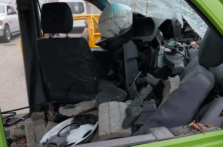 Фото №1 - Микроавтобус, груженный бетонными блоками, врезается в стену на скорости 50 км/ч (видео краш-теста)
