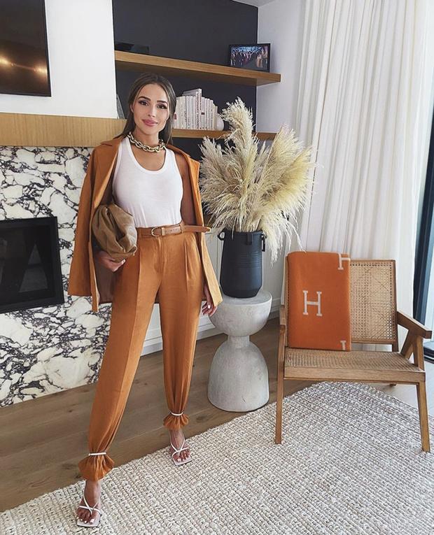 Фото №1 - Самый модный способ носить брюки, как это делают все инфлюенсеры: на примере Оливии Калпо
