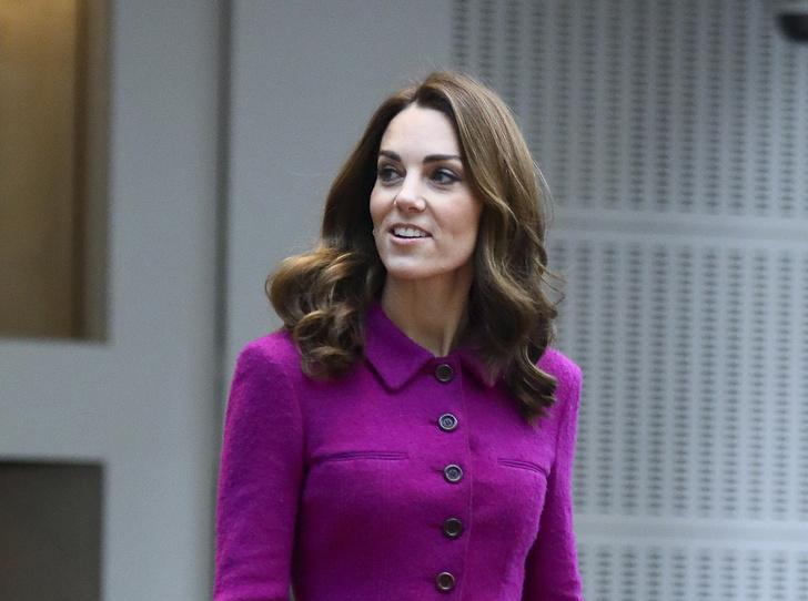 Фото №1 - Вслед за Меган: герцогиня Кембриджская выбирает королевский фиолетовый для нового визита