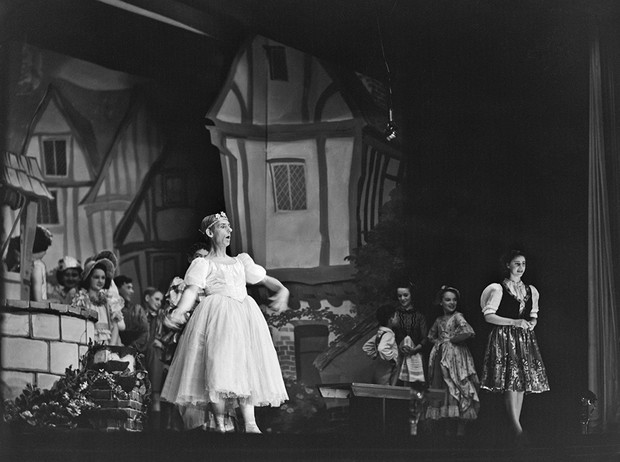 Фото №30 - Рождественский театр Виндзоров: как принцессы Елизавета и Маргарет поднимали боевой дух нации