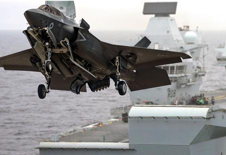 Пилоты тестируют минимальную скорость стартовой катапульты авианосца (видео)