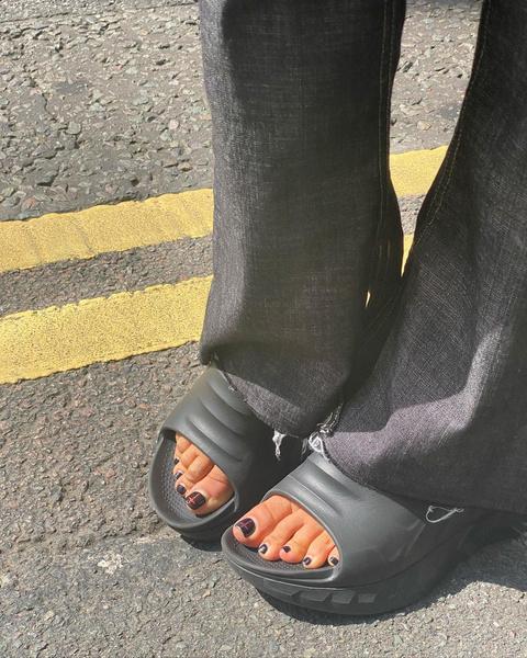 Фото №2 - Черный педикюр: Белла Хадид показала стильную идею осеннего нейл-дизайна