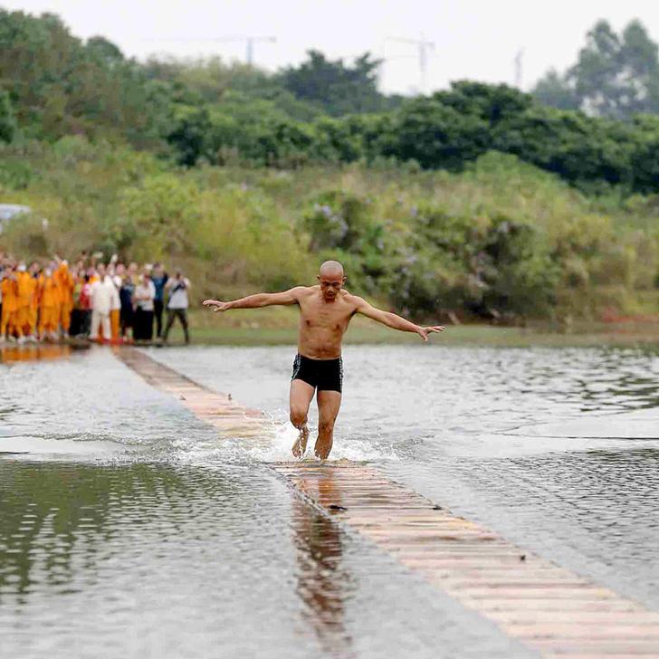 Фото №1 - ВИДЕО: Монах из Шаолиня пробежал по воде 125 метров