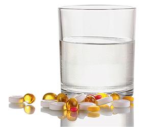 Другие напитки могут содержать вещества, реагирующие с содержимым таблетки или влияющие на его физиологическое действие. Даже <strong>газированная вода</strong> без сиропа <strong>изменяет действие некоторых лекарств</strong>, ускоряя их всасывание. Впрочем, из всякого правила есть исключения. <strong>Больным язвой или гастритом </strong>рекомендуется <strong>запивать таблетки некислым киселем</strong> (это снижает раздражающее действие лекарства на воспаленную слизистую оболочку), а <strong>препараты кальция</strong> и некоторые витамины <strong>лучше запивать молоком</strong>.