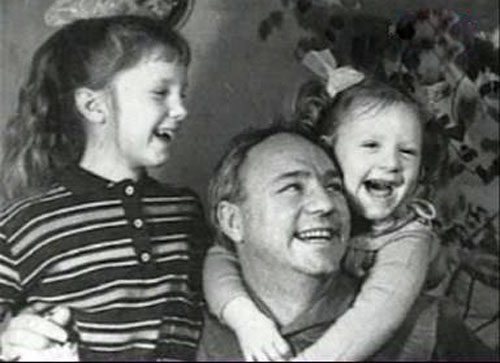 Фото №1 - Вторые родители: 10 самых заботливых звездных отчимов