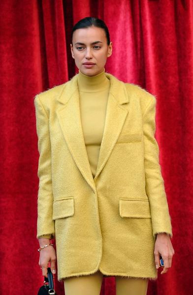 Фото №1 - Юбка, платье или красные трусы в горошек: угадайте, что надето на Ирине Шейк