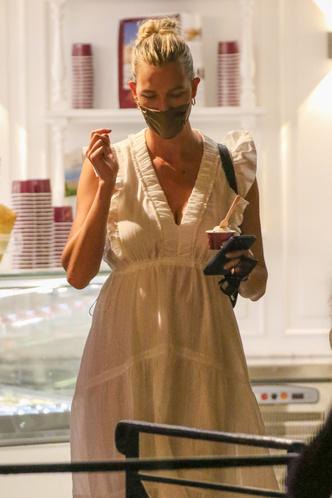 Фото №3 - Непреходящая летняя классика, которую Карли Клосс носит на Лазурном берегу