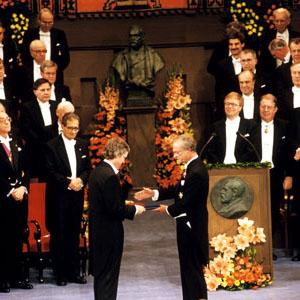 Фото №1 - Нобелевская премия за вирус СПИДа
