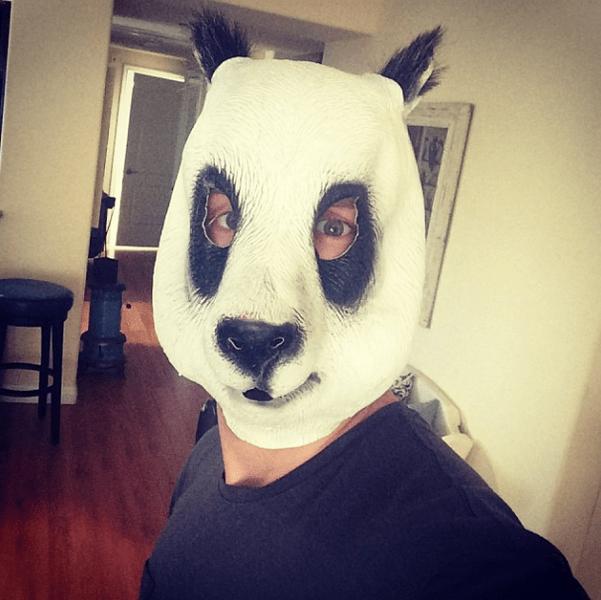 Фото №5 - Звездный Instagram: Знаменитости в забавных париках, масках и костюмах