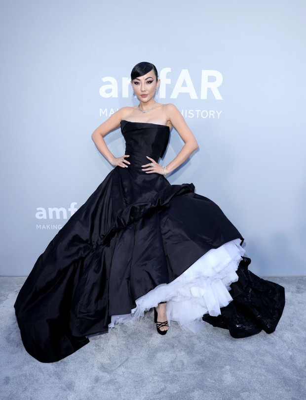 Фото №6 - Total black: 13 самых роскошных черных платьев на amfAR 2021