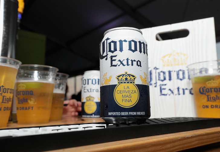 Фото №1 - Опрос: почти 40% американцев начали избегать пива Corona из-за коронавируса