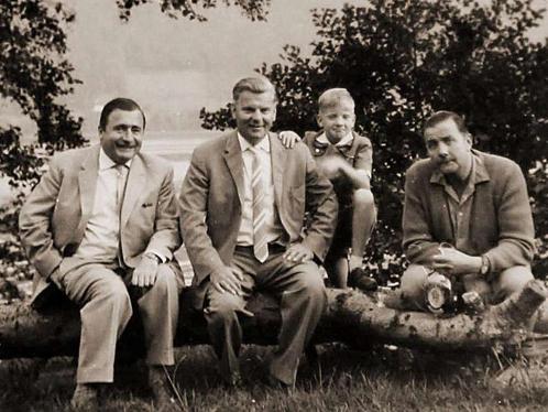 Ничего не подозревающий профессор Крюгг (в центре) в компании Отто