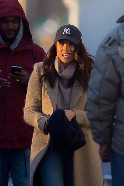 Бейсболку Меган пришлось сменить на элегантную шляпу.