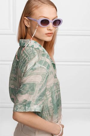 Фото №2 - Стильный прием: 10 цепочек, которые сделают ваши очки еще моднее