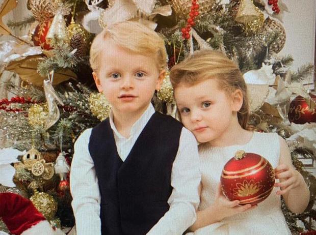 Фото №1 - Дети принцессы Шарлен вернулись в школу с подарками от Санты