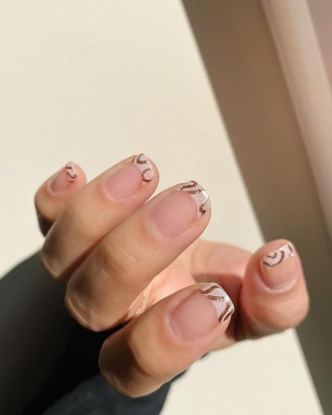 Фото №6 - Розовое золото: 39 стильных и модных идей нарядного маникюра