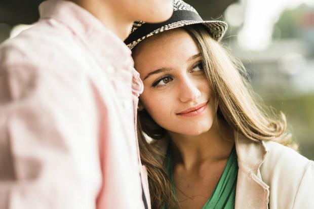 Фото №1 - Вопрос дня: Как понять, нравлюсь ли я парню?