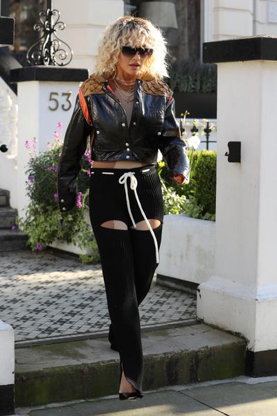 Фото №2 - Рита Ора надела странные штаны с вырезами на попе