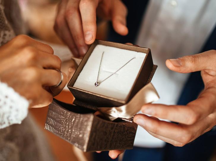 Фото №2 - Подарки по этикету: какие украшения можно дарить начальнице, маме и подруге