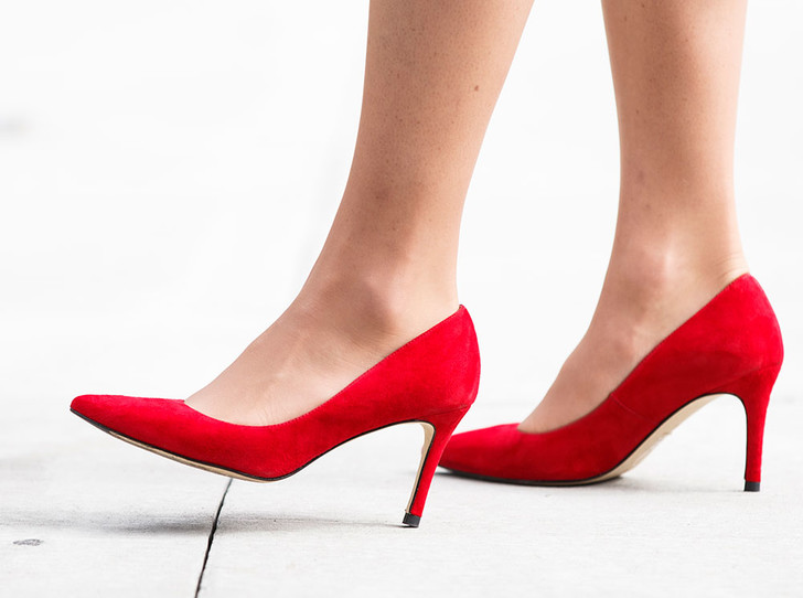 Фото №4 - Как носить красные туфли и босоножки этим летом (47 звездных примеров)