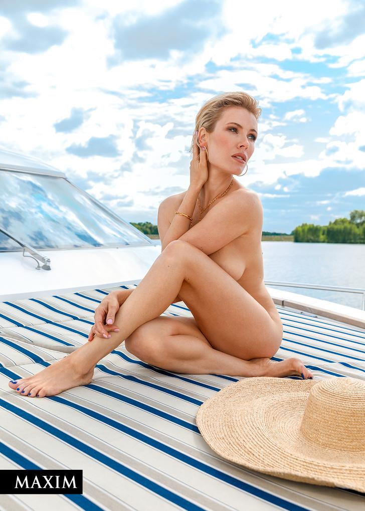 Фото №2 - С бала на корабль! Фотосессия актрисы Виктории Масловой для MAXIM