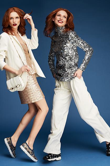 Слева: жакет, Sisley; платье, VeraMont; сумка ислипоны, Jimmy Choo. Справа: водолазка, Bymalene birger;  брюки, Next.com.ru; кроссовки, Dior.