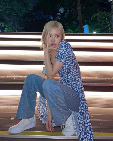 Фото №6 - Когда слегка похолодало, носи цветочное платье с джинсами, как Розэ из BLACKPINK