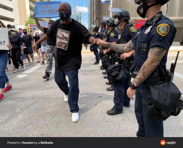 Фото №2 - Интернет обсуждает татуировку «Россия» на руке американского полицейского