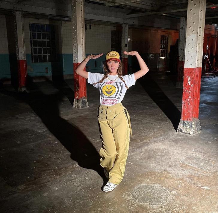 Фото №1 - Дочь Джуда Лоу доказывает, что походные брюки тоже могут выглядеть стильно