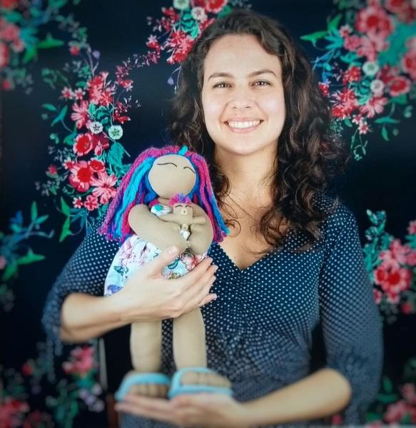Фото №1 - Прелесть или ужас? Акушерка шьет родильные куклы для детей