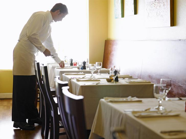 Фото №1 - Профессию официанта признали наиболее опасной для здоровья