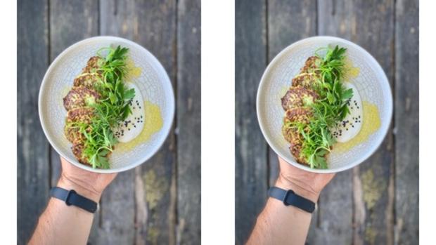 Фото №1 - Рецепт дня: оладьи из кабачков на рисовой муке с трюфельной сметаной