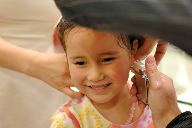Когда прокалывать уши ребенку