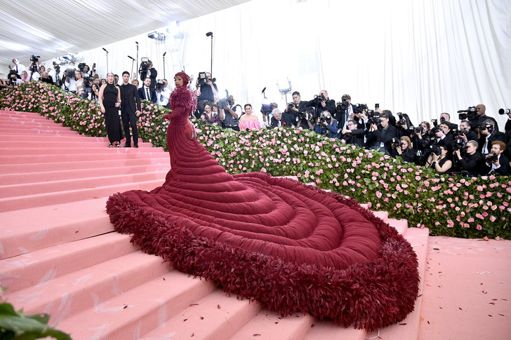 Фото №2 - Незабываемый след: 25 роскошных звездных платьев с шлейфами