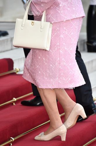 Фото №4 - Как отличить Королеву: каблук 5 см, сумка Launer, яркое пальто и никаких брюк
