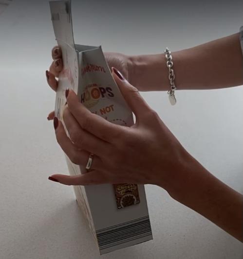 Фото №5 - Британка предложила лайфхак, как правильно закрывать коробки с крупами и хлопьями. Видео набрало 3,5 миллиона просмотров