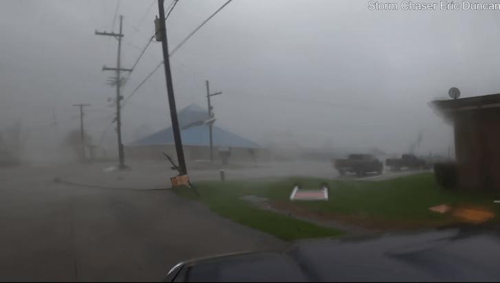 Фото №1 - Американец проехал на машине через ураган «Ида» (видео прилагается)