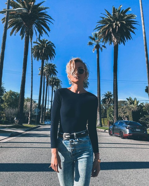 Фото №2 - Черное боди и вареные джинсы: Полина Гагарина в идеальном casual