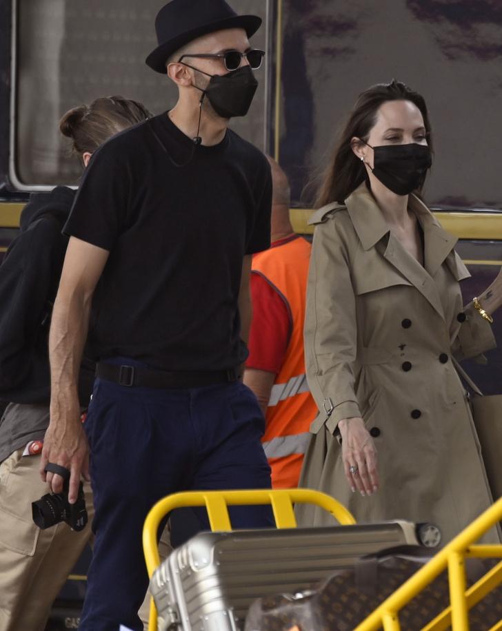 Фото №1 - Анджелина Джоли в Венеции с красивым незнакомцем и в любимом тренче