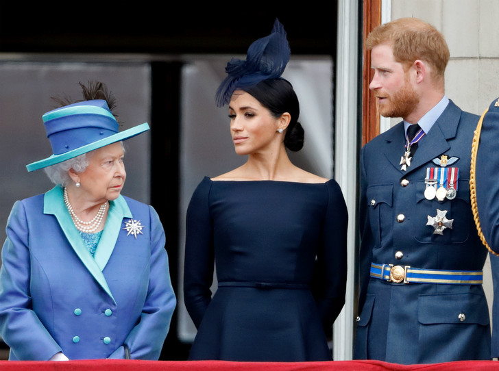 Фото №2 - «Развод» оформлен: Елизавета II официально лишила Гарри и Меган королевских титулов