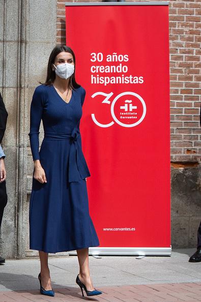 Фото №1 - Синее платье Massimo Dutti, которому королева Летиция дала второй шанс