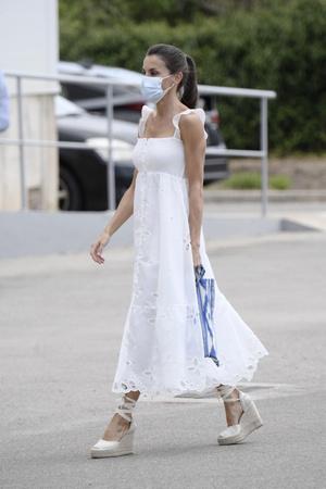 Фото №1 - Что носит королева Летиция в отпуске? Белоснежное платье с романтичными бретелями-крылышками