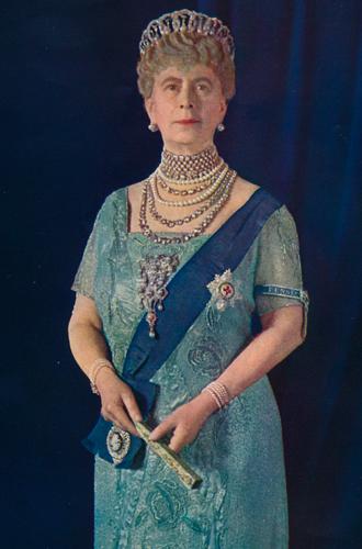 Фото №37 - Какую тиару Елизавета II одолжит Меган Маркл на свадьбу: делаем ставки